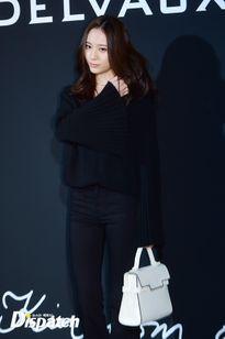 Krystal f(x) quyến rũ bất ngờ với tóc mới, đọ sắc bên đàn chị 40 tuổi Choi Ji Woo