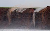 Kỳ lạ những dòng nước chảy ngược trên vách đá ở bờ biển Anh