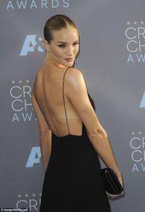 Siêu mẫu Rosie khoe trọn lưng trần gợi cảm