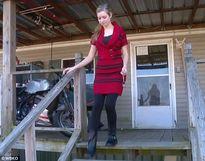 Nữ sinh Mỹ bức xúc vì bị hiệu trưởng bắt quỳ gối để đo độ vài váy