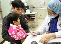 Rét đậm kéo dài, bệnh nhi nhập viện tăng cao ở nhiều địa phương