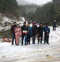 Nhóm bạn đi bộ 20 km lên đỉnh Mẫu Sơn ngắm tuyết