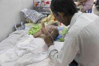 Thắt lòng trước gia cảnh cháu bé 2 tuổi mất hai chân vì TNGT