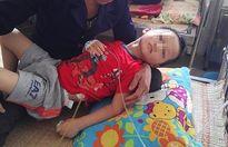 Bé trai 5 tuổi bị mẹ và 'nhân tình' đánh gãy xương sườn ở Hòa Bình
