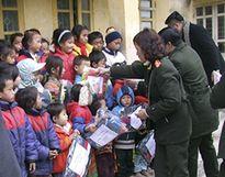 Công an tỉnh Thanh Hóa tặng quần áo ấm cho đồng bào vùng cao