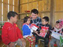 Tặng quà cho trẻ em vùng băng giá xứ Thanh
