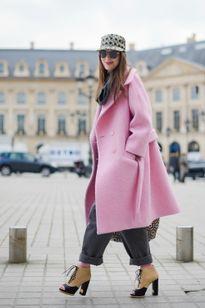 Tín đồ thời trang quên giá rét với áo khoác hồng
