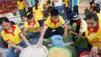 Du học sinh nước ngoài gói bánh tét tặng người nghèo
