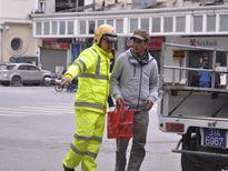 Nhiều người đi bộ phạm luật giao thông bị cảnh sát nhắc nhở