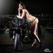 Siêu mô tô Kawasaki Ninja H2R làm nền cho người mẫu đồ lót