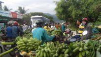 Tắc đường hàng ki-lô-mét vì chợ chuối Tết