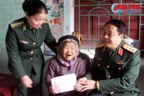 Tặng quà Tết mẹ VNAH và gia đình chính sách, hộ nghèo