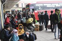 Người dân mệt mỏi chờ xe về quê ăn Tết