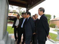 Nhiều người dân đến thắp nhang giỗ đầu ông Nguyễn Bá Thanh