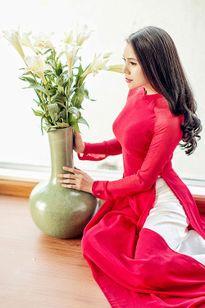 Trang điểm, làm tóc diện áo dài đẹp tựa Trà Ngọc Hằng