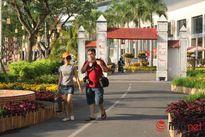 Thiếu nữ duyên dáng bên đường hoa xuân tại phố nhà giàu Sài Gòn