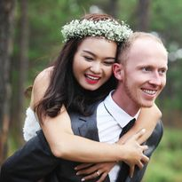 Chàng y tá trưởng bay nửa vòng trái đất cầu hôn cô gái Việt
