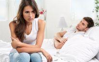 """Trả thù vợ """"bỏ đói"""", chồng công khai lên giường với ô sin già"""