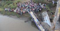 Xe buýt rơi từ trên cầu xuống sông, hàng chục người thiệt mạng