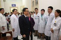 Phó Thủ tướng Vũ Đức Đam thăm hỏi bệnh nhân ngày cuối năm