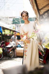 Dương Cẩm Lynh diện áo dài đi chợ Tết