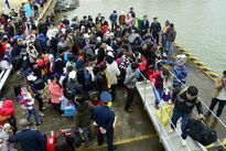 Tàu Cảnh sát biển 8002 đưa người dân huyện đảo về quê ăn tết
