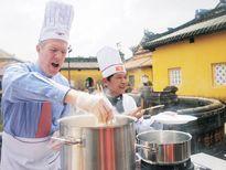 Ngỡ ngàng xem Đại sứ Mỹ học nấu bún bò Huế
