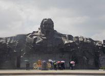 Hàng nghìn khách tham quan tượng đài Mẹ Việt Nam anh hùng