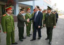 Các đồng chí lãnh đạo thăm, chúc Tết Công an Nam Định, Bến Tre