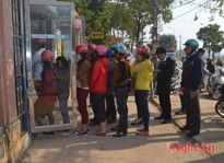Sau tết, người dân xếp hàng dài chờ rút tiền ở ATM