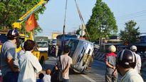 Mùng 7 Tết, xe Inova hạ gục cột giao thông