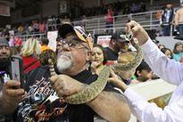 Mỹ: Lễ hội bắt rắn đuôi chuông lớn nhất hành tinh