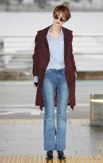 Học mỹ nhân Hàn phối đồ jeans ống loe ở sân bay