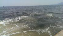 Phát hiện vệt nước có màu lạ kéo dài cả cây số gần biển Vũng Áng