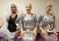 Cảnh lắp ráp tỉ mỉ những con búp bê tình dục trị giá hơn 130 triệu đồng sẽ khiến bạn tò mò