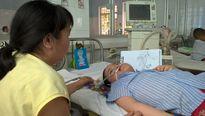 Kỳ tích cậu bé 8 năm ngậm ống thở vẽ tranh bên giường bệnh