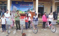 Kon Tum: Trao 800 suất quà và xe đạp tặng trò nghèo
