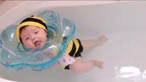 Xem các sao cho con tập bơi từ khi chỉ vài tháng tuổi