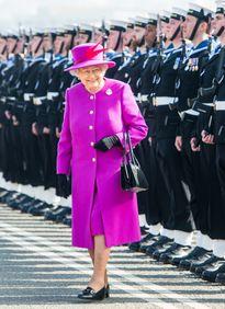 """Lý do xúc động đằng sau phong cách thời trang """"chóe lọe"""" của Nữ hoàng Anh"""