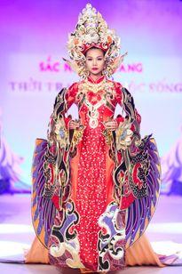 """Những thiết kế váy có cân nặng """"khủng"""" của sao Việt"""