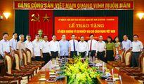 Hội Nhà báo Việt Nam trao kỷ niệm chương cho lãnh đạo thành phố Hà Nội