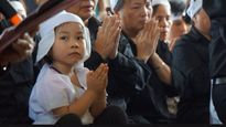 Một nữ doanh nhân muốn nhận đỡ đầu cho con gái của phi công Khải