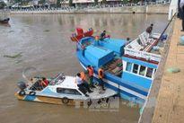 Cứu hộ thành công tàu cá mắc kẹt dưới gầm cầu tại Bình Thuận