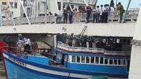 Nóng: Giải cứu tàu cá mắc kẹt dưới cầu Lê Hồng Phong, Bình Thuận