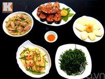 Bữa cơm có cá kho, rau muống luộc vô cùng ngon miệng