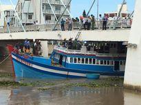Chưa giải cứu được tàu cá mắc kẹt dưới cầu Lê Hồng Phong