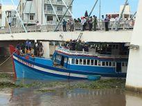 Bình Thuận: Tàu thu mua hải sản mắc kẹt dưới gầm cầu Lê Hồng Phong