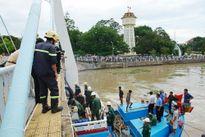 Bình Thuận khẩn trương cứu tàu cá mắc kẹt dưới gầm cầu Lê Hồng Phong