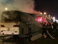 Xe khách bốc cháy trơ khung sắt trên đường