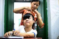 Nữ sinh ngồi xe lăn đi thi THPT quốc gia